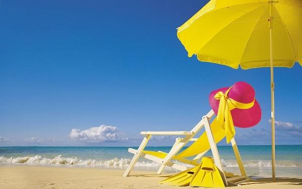 hd-zomer-wallpaper-met-strandstoel-en-gele-parasol-hd-strand-achtergrond-foto